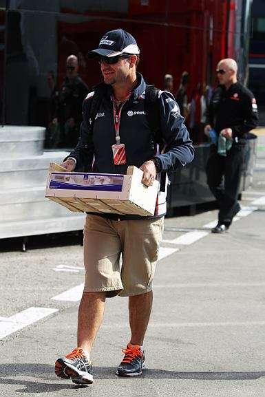 Rubens Barrichello carregando uma... caixa de ferramentas?